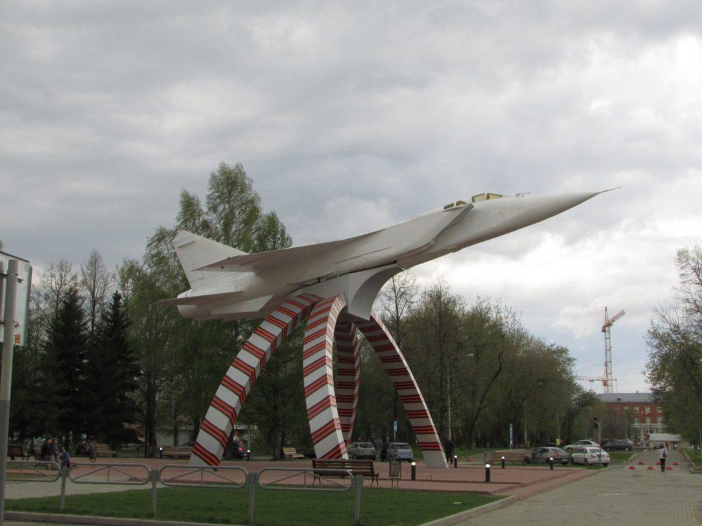 Памятник самолету МиГ