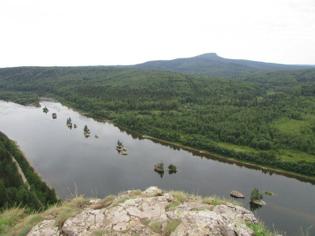 Вид с горы Ветлан на камень Полюд