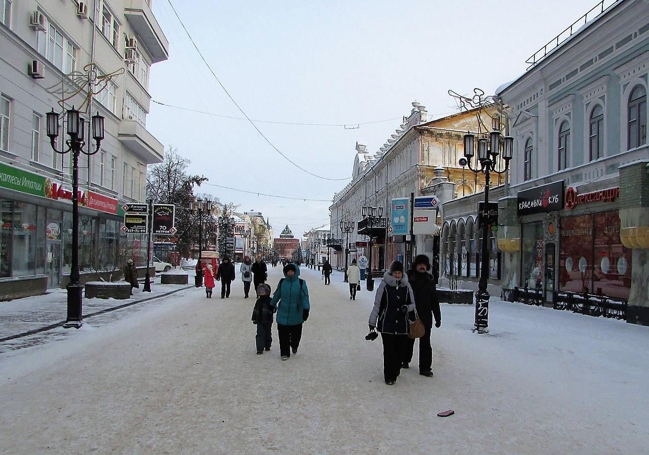 По улице Покровской
