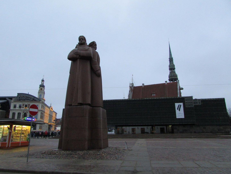 Памятник латышским стрелкам на фоне Музея оккупации Латвии и Ратушной площади