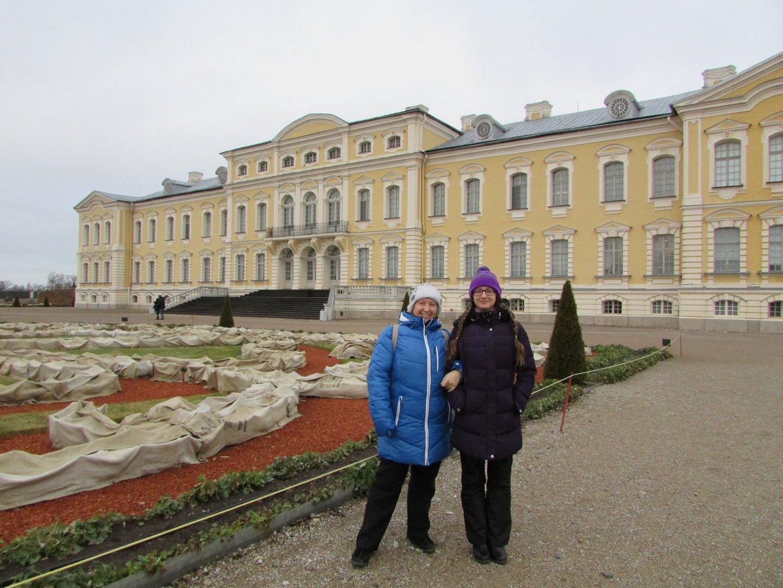 Фото на память на фоне фасада Рундальского дворца