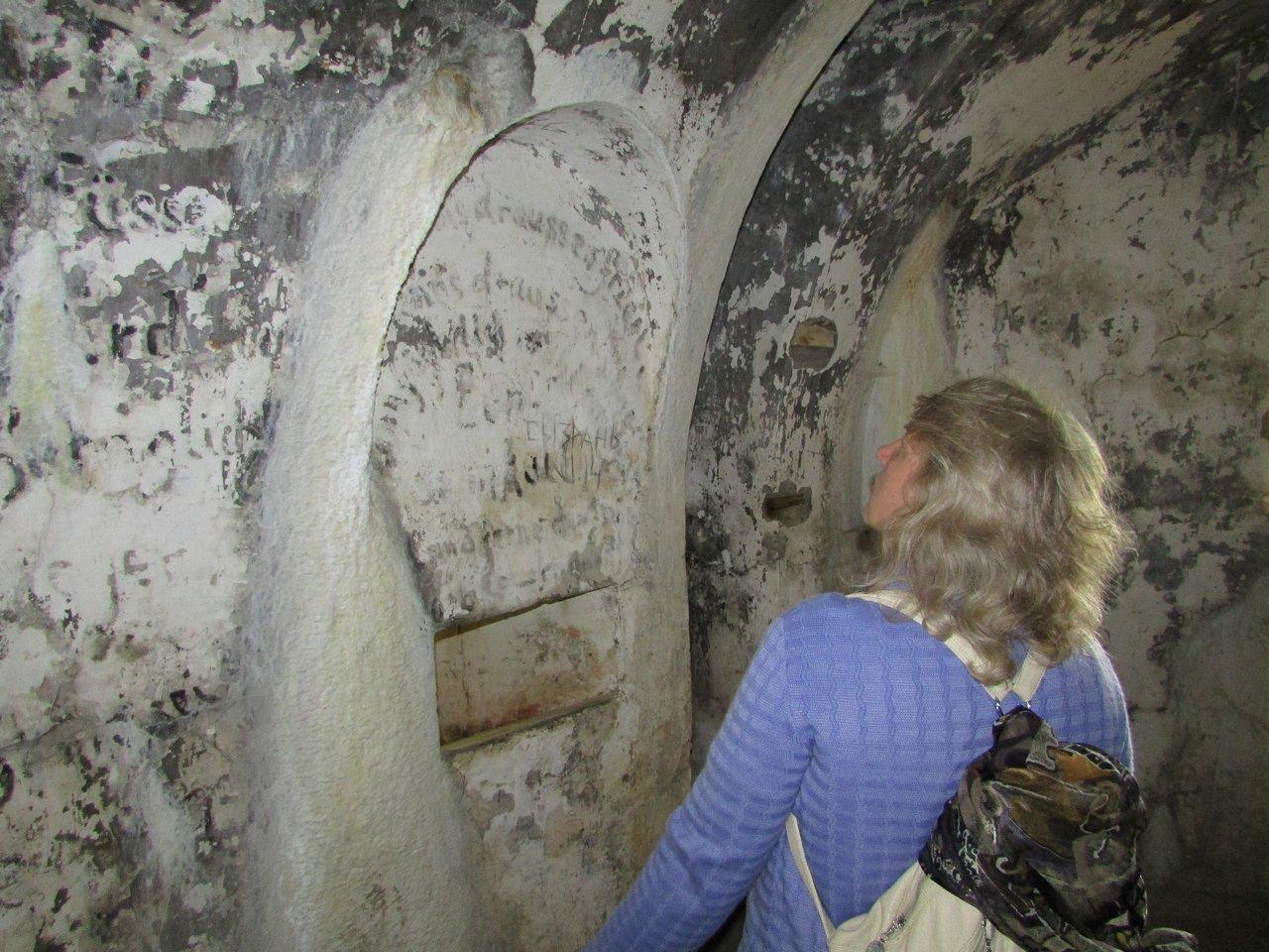Готические надписи на стенах