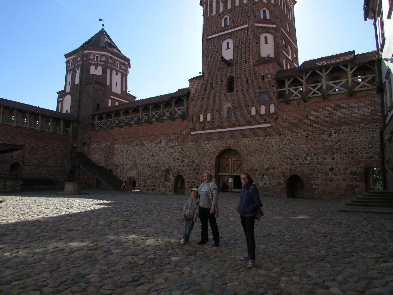 В замковом дворике