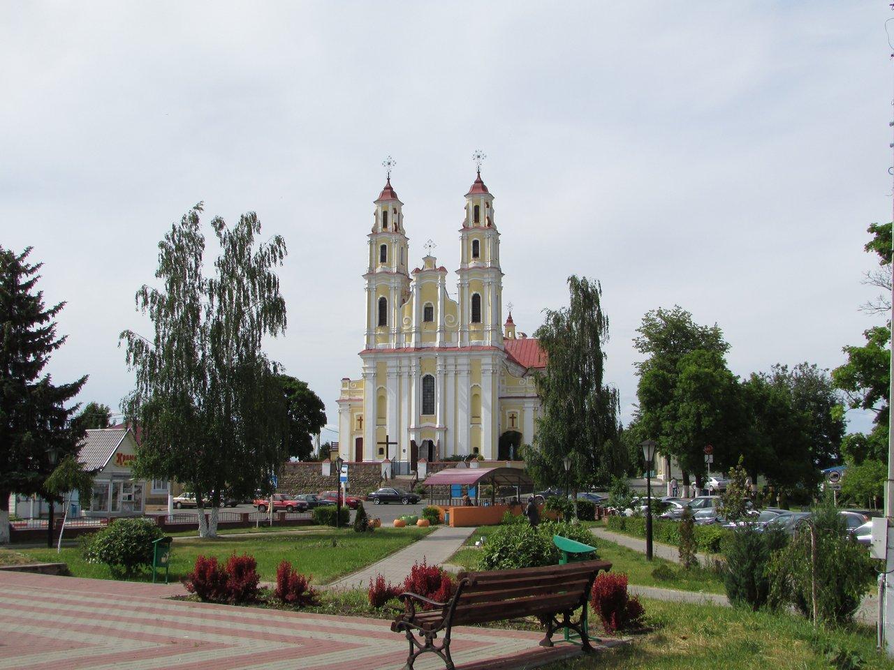 Напротив костел Святой Троицы