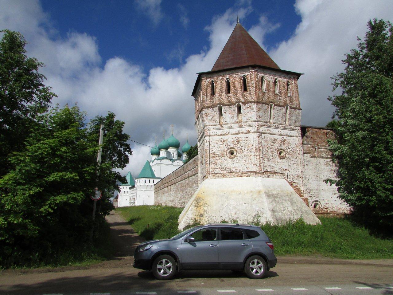 Кашкай на фоне старинных стен