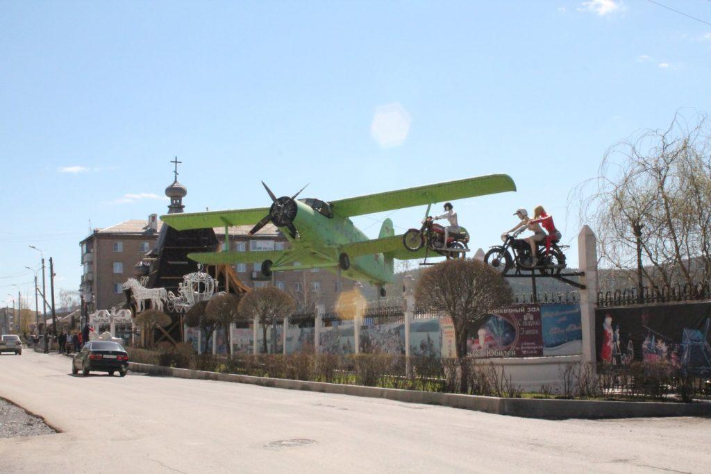Ан-2 над забором