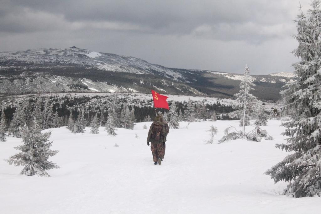 Группа туристов с флагом Победы