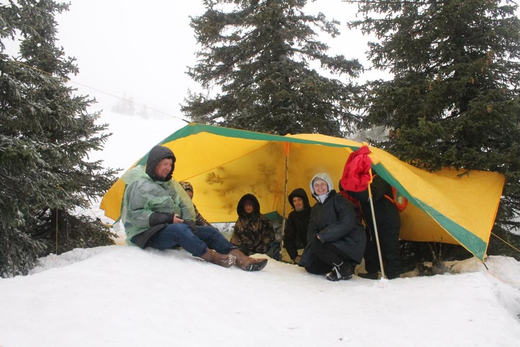 Под тентом - обед на снегу