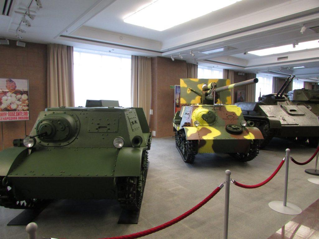 """Легкий арттягач """"Комсомолец"""" и самоходка ЗиС-30 на его базе"""