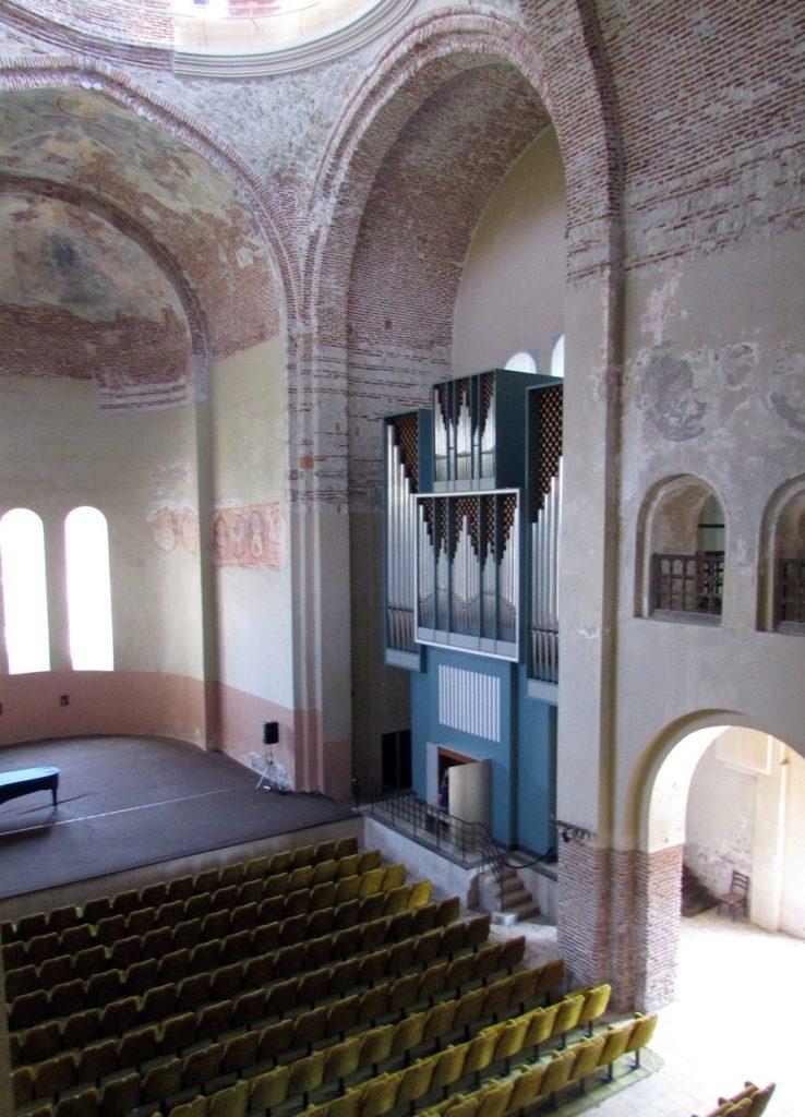 Орган в главном зале храма