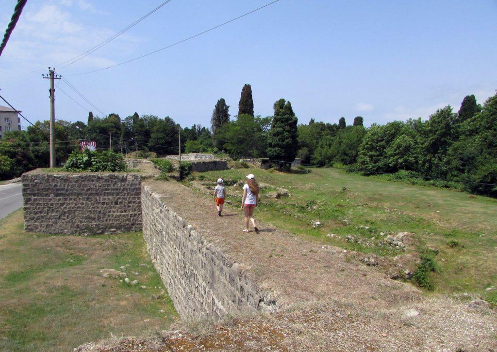 Крепостная стена и останки Питиунта