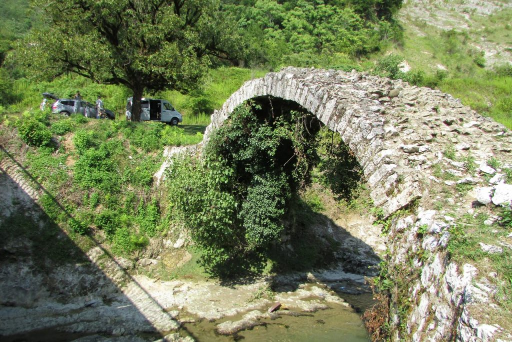 Тысячу лет мост соединяет берега Баслы