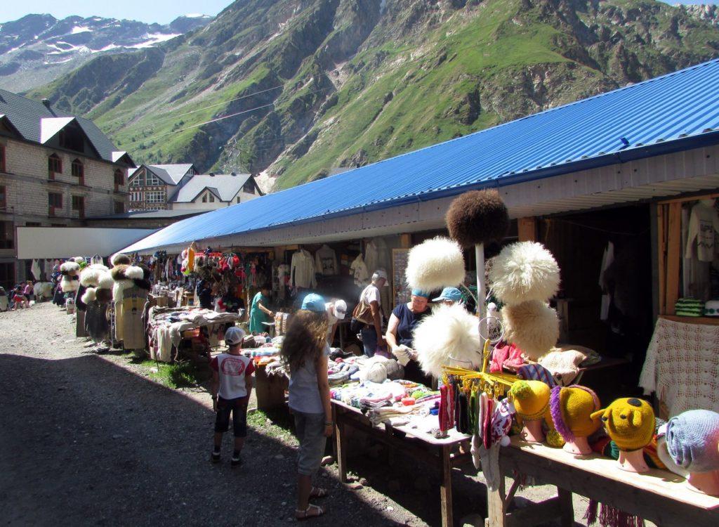 Сувенирный базар на поляне Азау