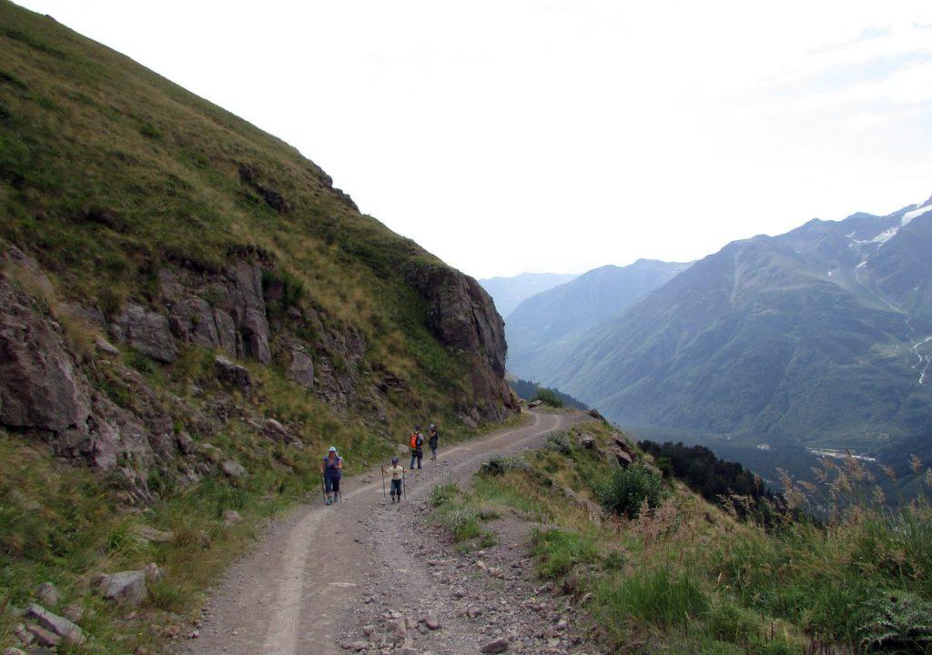 Дорога вдоль склона горы