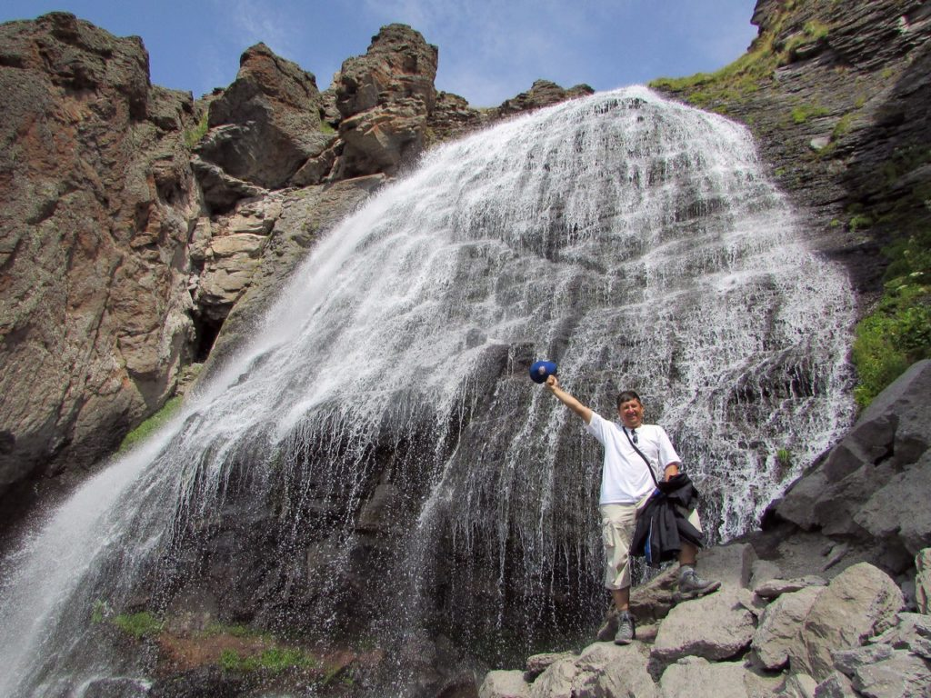 У водопада...