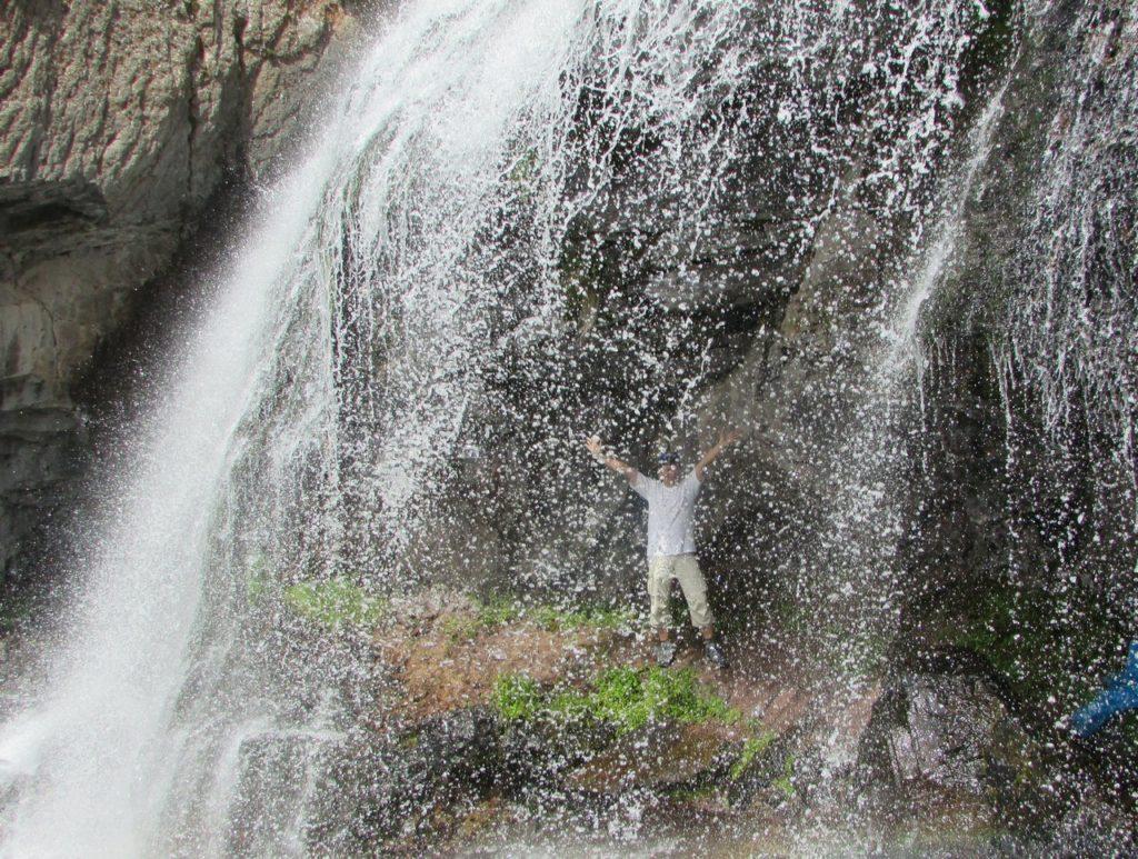 И за водопадом