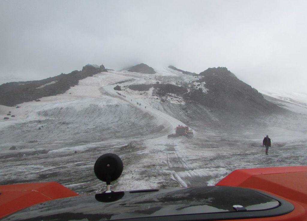 Оживленное движение на склоне Эльбруса