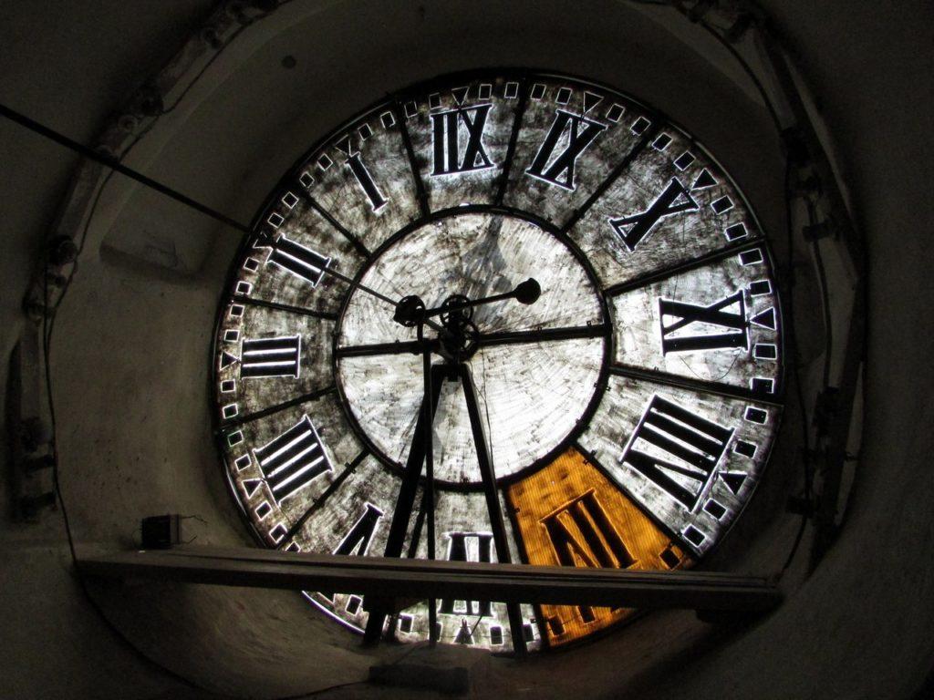 Циферблат старинных часов с изнанки