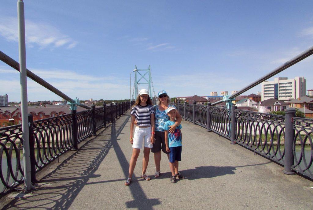 На пешеходном мосту