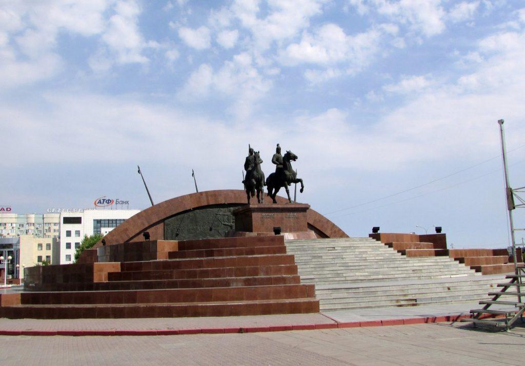 Памятник Махамбету и Исатаю