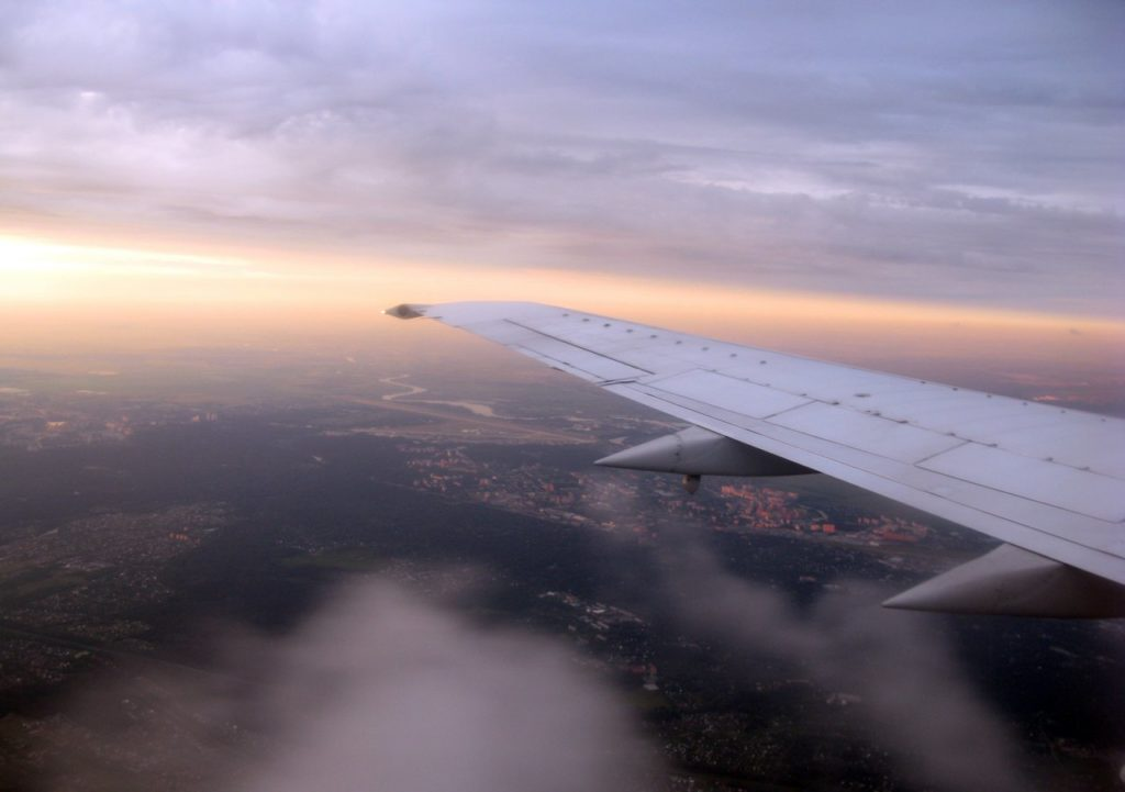 Под крылом самолета утренняя Кама