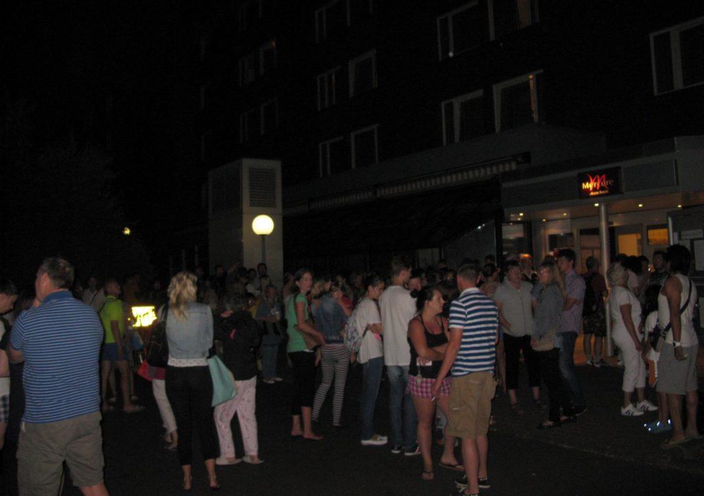 Постояльцы отеля на улице