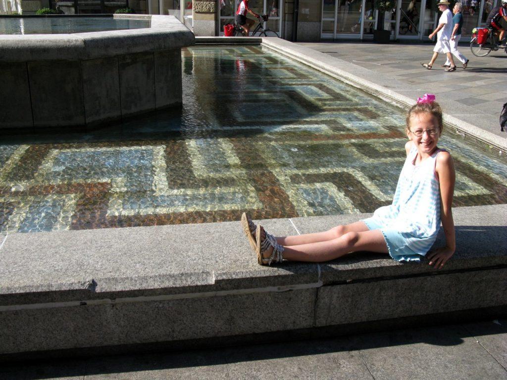 У фонтана на площади