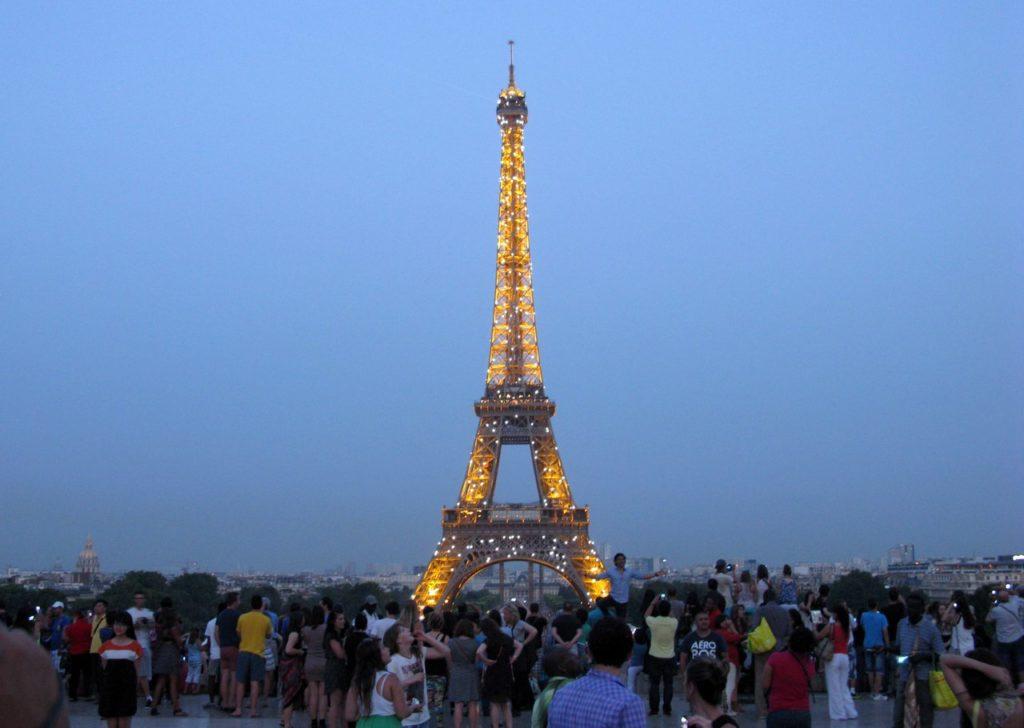 Вечерняя подсветка Эйфелевой башни