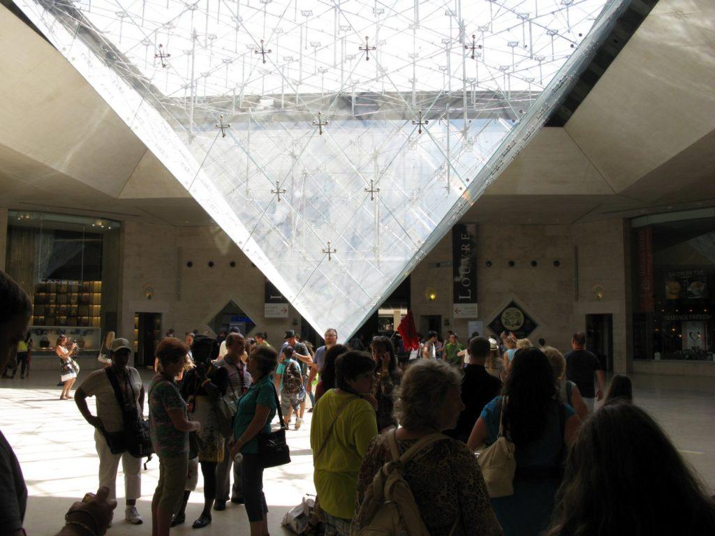 Антипирамида в фойе музея