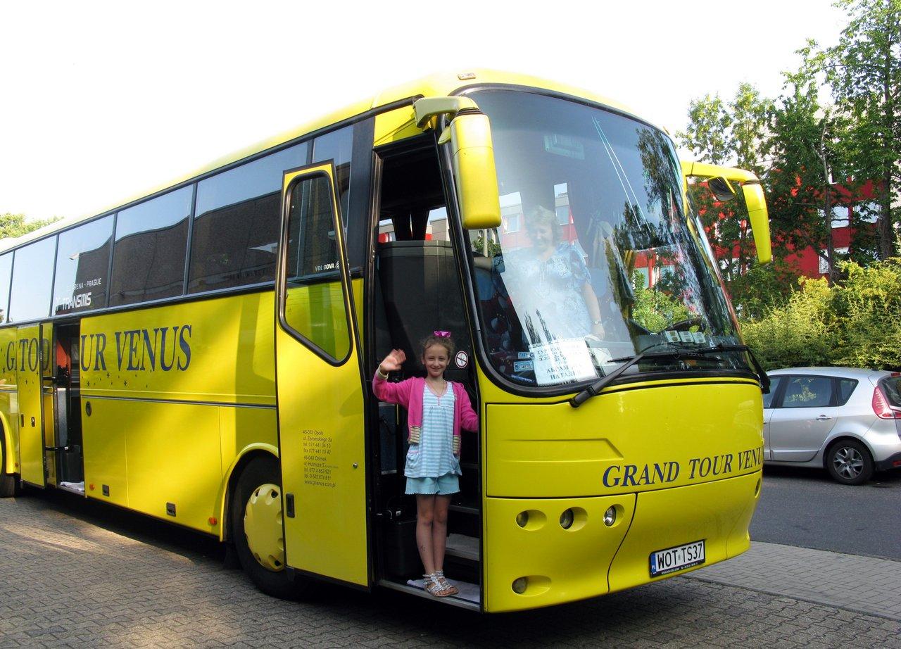 На автобусе в Диснейленд всей семьей