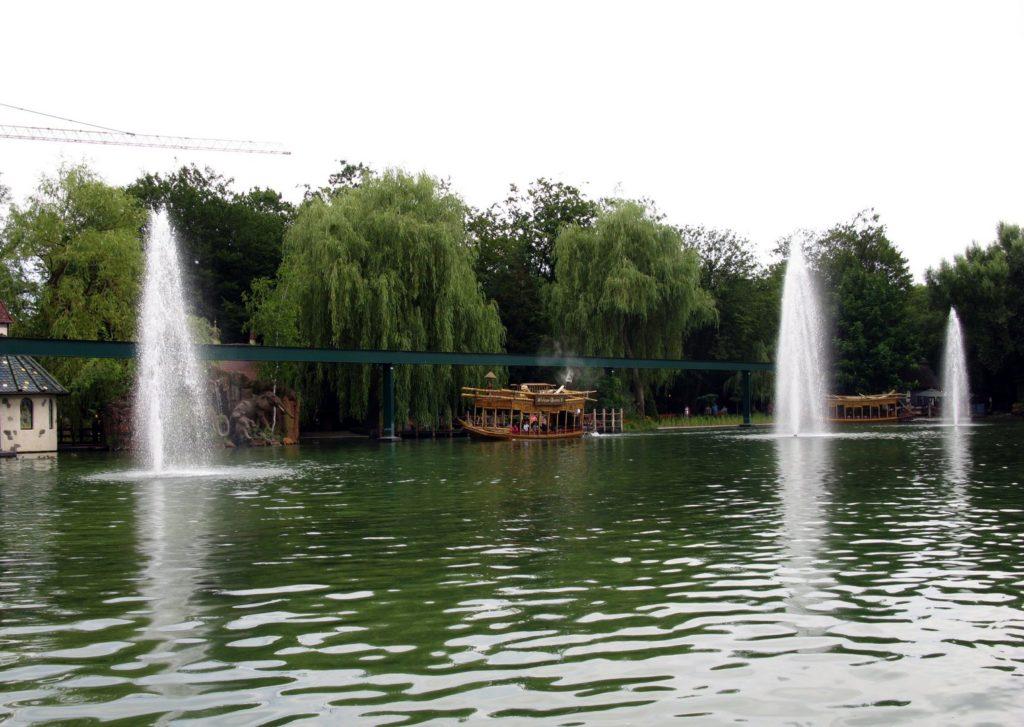 Фонтаны на озере