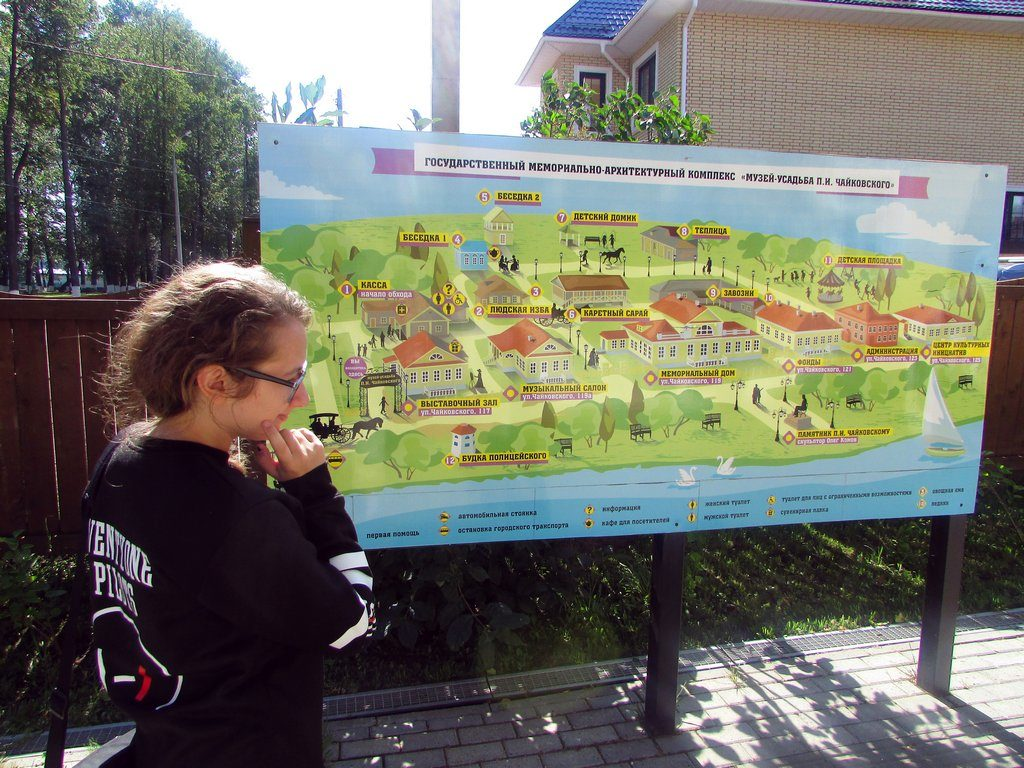 Перед картой-схемой музея