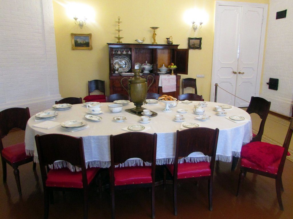 Обеденный стол для всей семьи