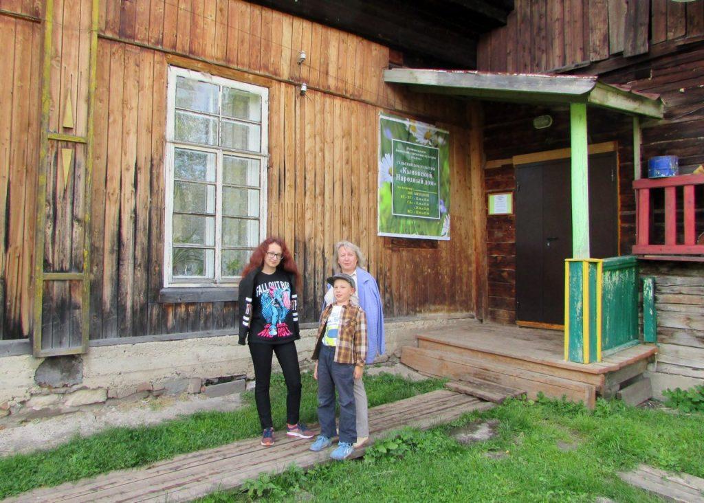 У закрытых дверей местного музея