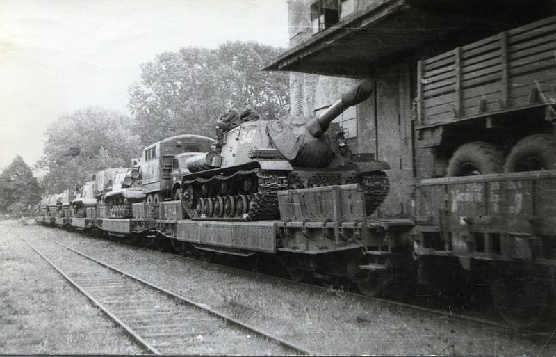 Та же ИСУ-152 на ж/д платформе
