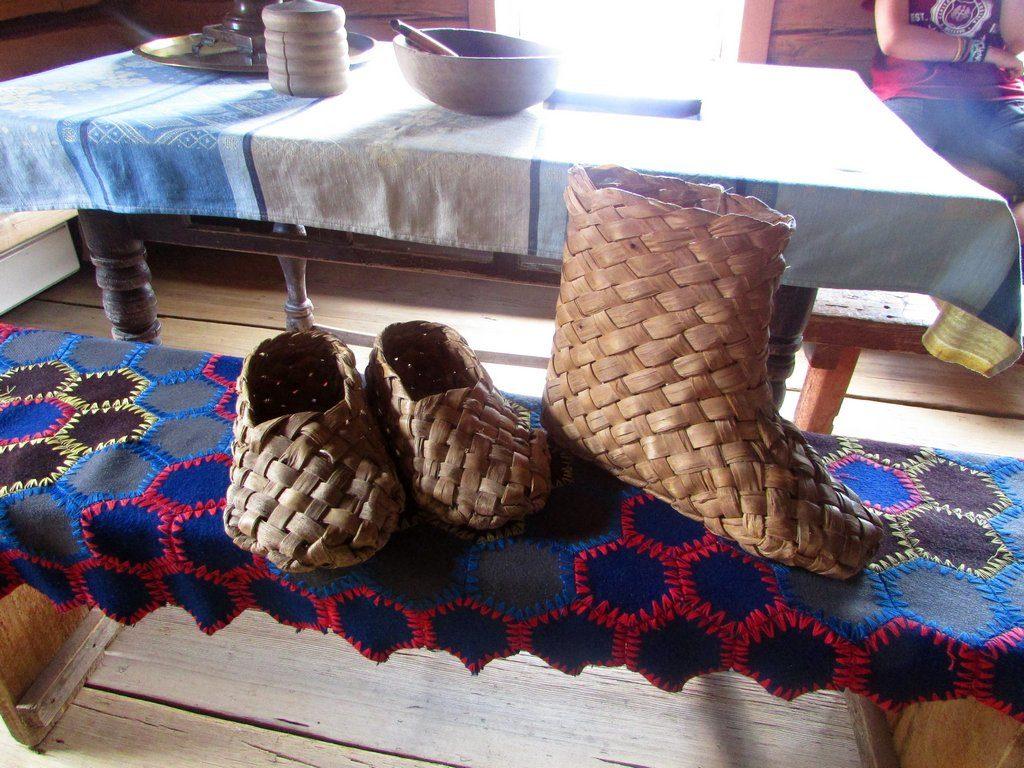 Привычная крестьянская обувь