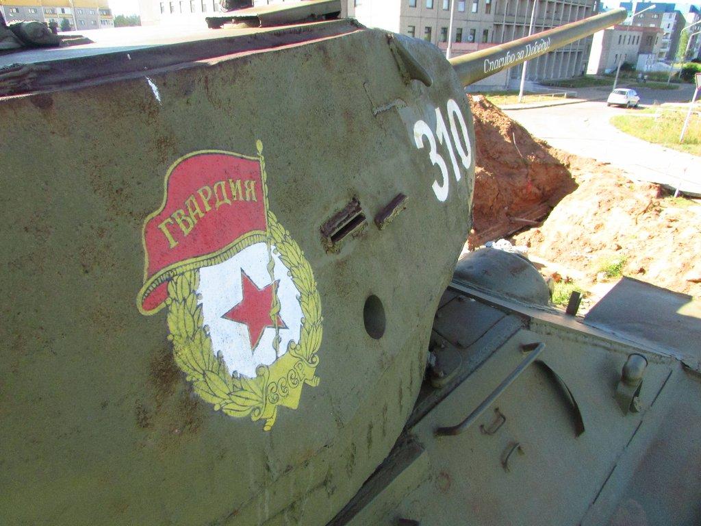 Гвардейский знак на борту башни