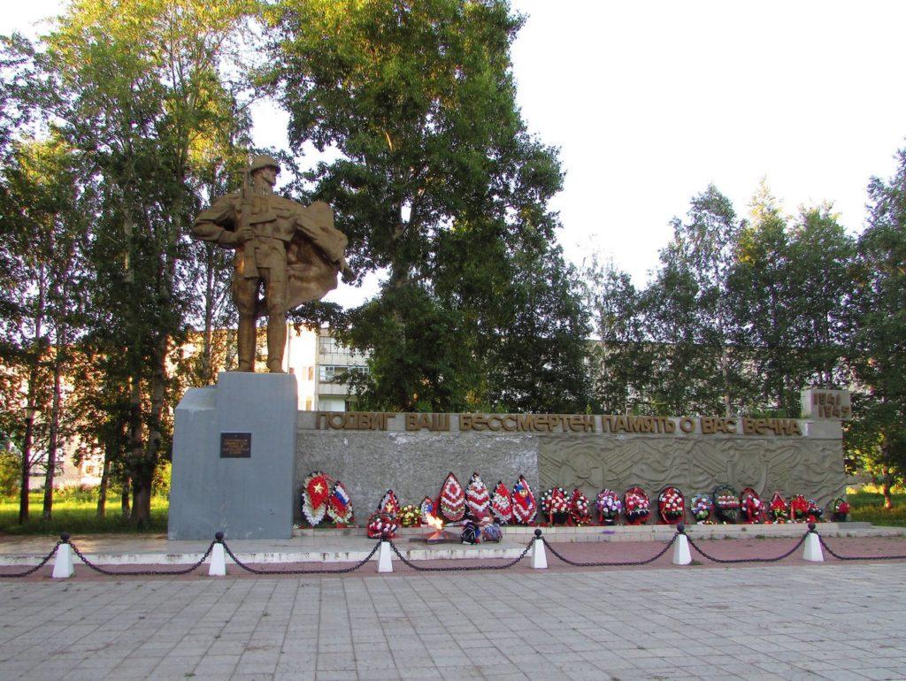 Венки у мемориала ВОВ
