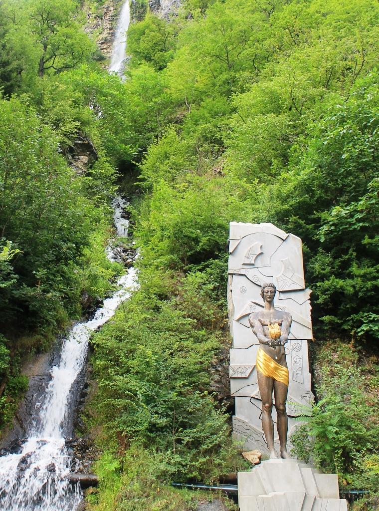 Памятник Прометею в Боржоми