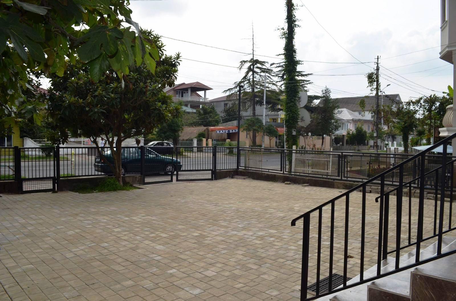 Двор и парковка в гостевом доме