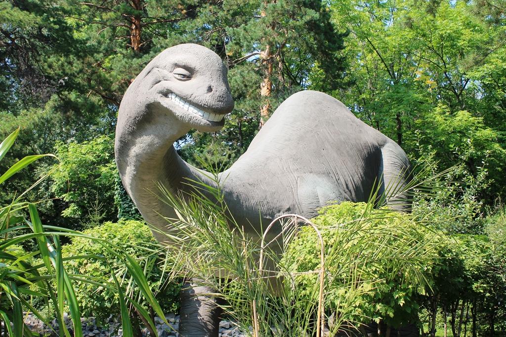 Динозавр в зоопарке Новосибирска