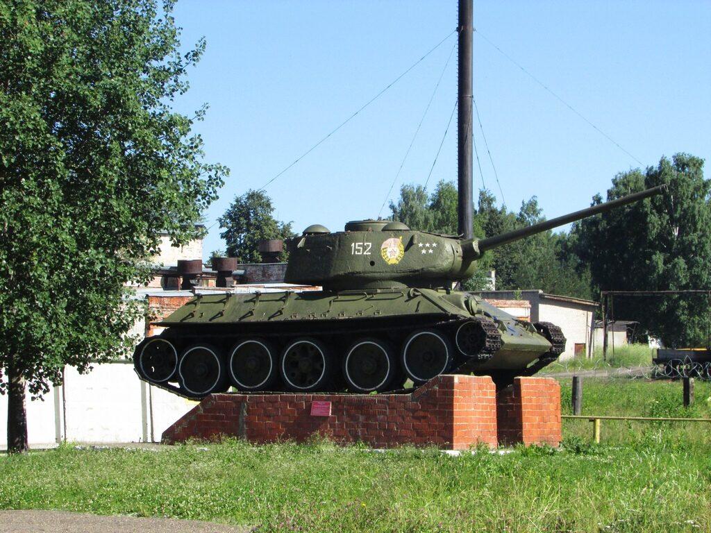 Т-34-85 у КПП в/ч 63662